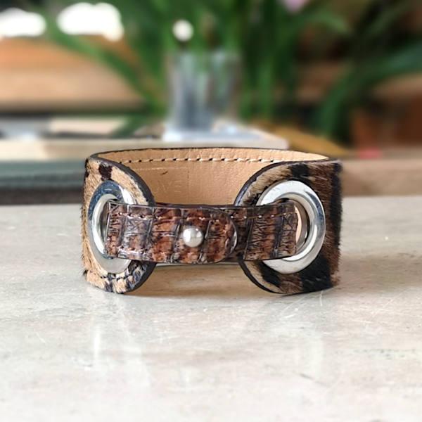 Intemporelle et chic l'impression animale de ce bracelet en cuir apportera beaucoup de style à votre tenue